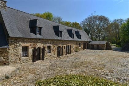 A vendre ensemble de deux manoirs du 16-17ème avec longère séparée en deux habitations dans un villa