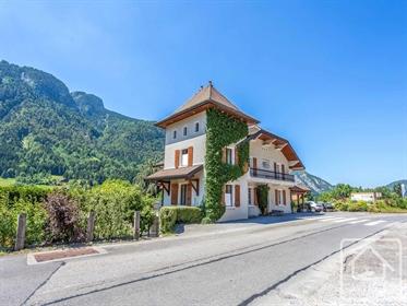 Maison familiale historique avec vue splendide sur la vallée...