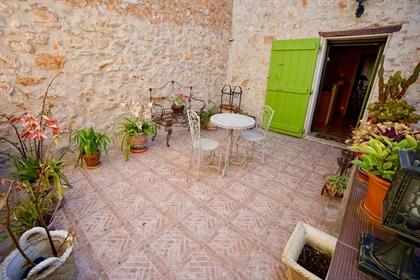 Maison de village, garage, cour, terrasse