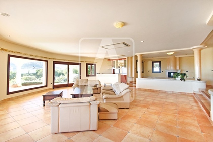 Villa de lujo en venta en Calpe, en urbanización Empedrola. Esta villa disfruta de unas es