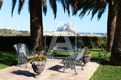 Villa te koop in Calpe, in de urbanisatie Garduix. Deze indrukwekkende villa in Engelse ko