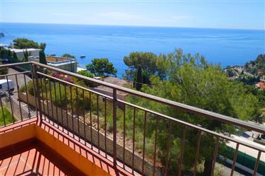 A pieds de plage , proche de Monaco