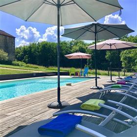 Ferme rénovée, 2 gîtes de luxe, piscine et terrain