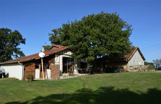 Maison ancienne, implantée sur un terrain d'une superficie totale de 4436 m²