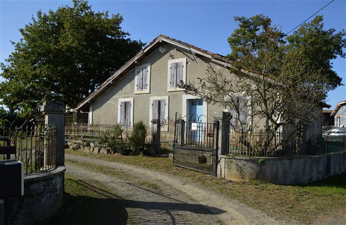 Maison ancienne, implantée sur un terrain d'une superficie t...