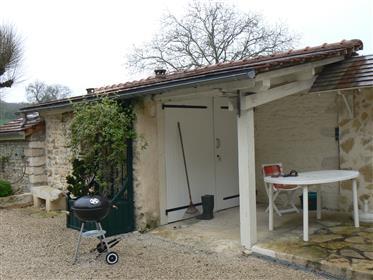 Proche Cormatin. Petite maison de village avec cour.