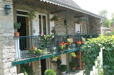 Proche village avec commerces. Maison ancienne avec jardin