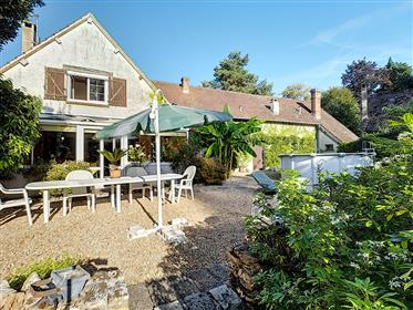 Beautiful family home of approximately 300m2, 7 bedrooms, in a calm environment and with large enclo