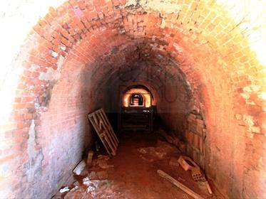 Almacenes y ruinas industriales en terrenos de 32300m2, en Abrá, Santarém