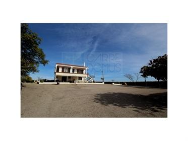 Edificio compuesto por restaurante y amplio apartamento de 3 dormitorios cerca de Tavira (Algarve)