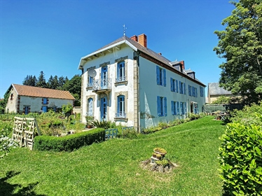 At the gates of conveniences, in a hamlet of countryside, splendid bourgeois home of 250 m