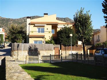 Maison moderne avec jardin et gran garage.