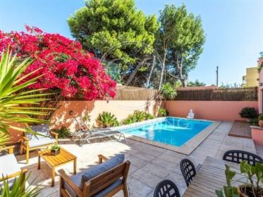 Moradia T4, com piscina, em zona sossegada, com ótima exposição solar. Principais Áreas:Pi