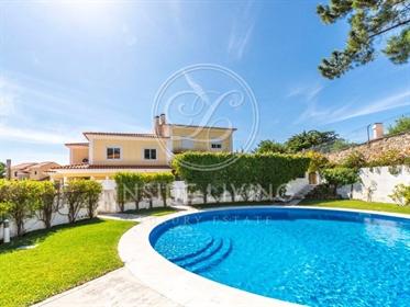 Moradia T4 geminada, em condomínio privado, com piscina e jardim, localizada em zona de ex