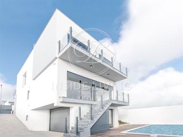 Moradia T3 de arquitetura contemporânea com jardim, piscina, excelente exposição solar e v