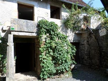 Dans charmant village tous commerces, maison de bourg ( 17éme) avec garage.