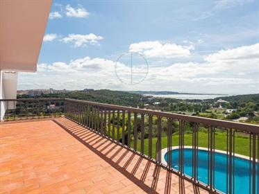 Moradia T5 com vista mar e piscina para venda em Queijas, Ca...