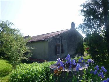 Altes Bauernhaus auf angenehmem Land
