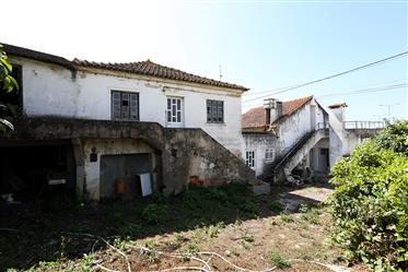 Casa velha nas ruínas e lote da terra para a construção em c...