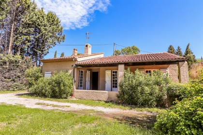Flayosc, less than 3 kms from the village, villa on one level on 1863 m² of flat land. The