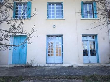 Proche de l'Hôpital cette maison de Ville de près de 120m2 habitable est implantée sur un terrain de
