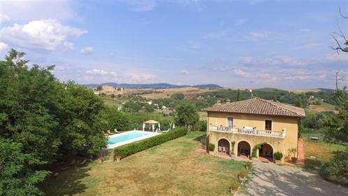 Nella campagna del comune di Montalcino, circa 16 km dal centro storico, in prossimità di