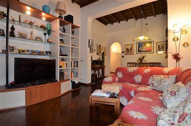 Florencia, zona Oltrarno, apartamento.