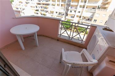 Apartamento com 4 quartos em condomínio fechado com piscina e parqueamento.