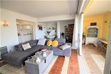 Excelente apartamento com 2 quartos e um grande terraço no centro de Boliqueime.