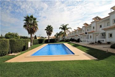Excelente moradia em banda em condomínio fechado com piscina...