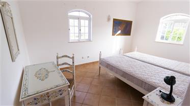 Quinta avec environ 5 hectares situés dans un quartier très calme et avec d'excellentes vues sur la