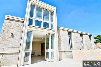 A rare opportunity to live in this spacious and contemporary five bedroom superior Penthouse