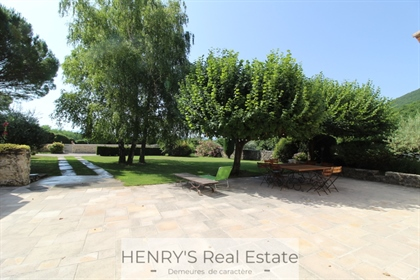Provencal farmhouse with 5 bedrooms, 2 independent houses, horse boxes, swimming pool and park of 2