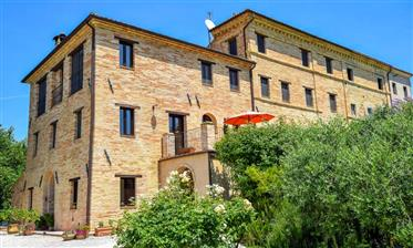 Maison de campagne avec appartements à Mogliano, le marche