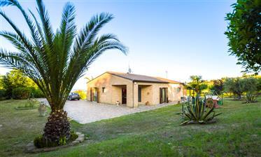Villa avec vue sur la mer près de la plage, le marche