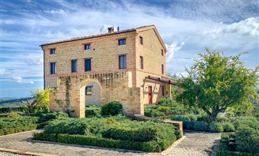 Paese Villa in posizione dominante con piscina e terra vicino a San Ginesio, Le Marche