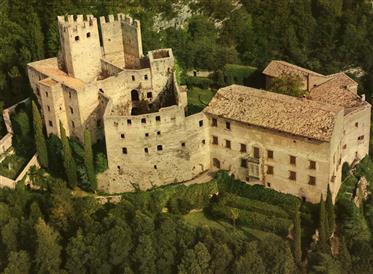 Castello del Xii secolo vicino al lago di Garda