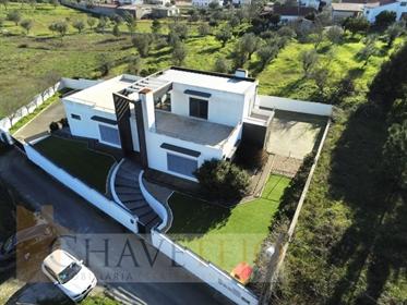 Una moderna propiedad de tres dormitorios con un garaje de excelente tamaño y excelentes vistas en v