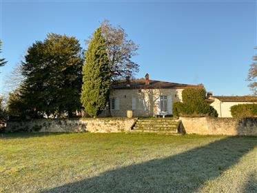 Charmante propriété du XVIIIème avec parc et piscine