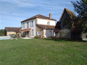 Renovated property on 1.7 hectares of parkland