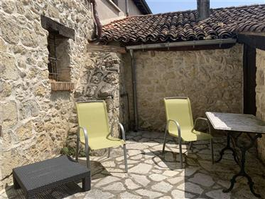 Deux propriétés médiévales attenantes au cœur d'un village animé