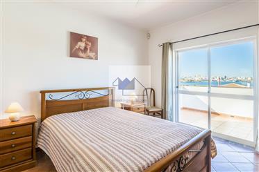 Moradia geminada com 3 quartos, piscina, a uma curta distância da praia, Ferragudo.