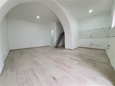 Moradia no centro histórico de Palmela com 2 quartos, totalmente remodelada.