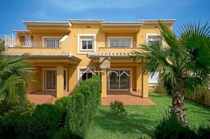 El complejo Jardines de Montecala se compone de apartamentos adosados en dos niveles de do