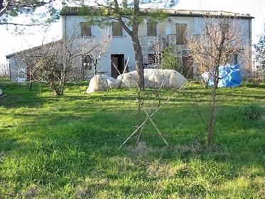 Casale vicino alla città di Fossombrone seduto su una collin...
