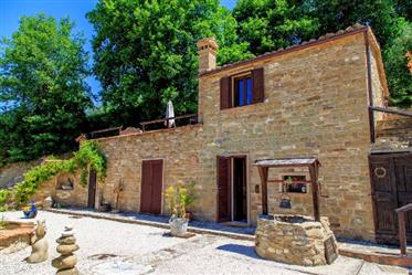 2194 Country Home se compose de trois fermes.