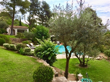 Splendid home in Marseille 12th district, a highly sought after residential area.  A real