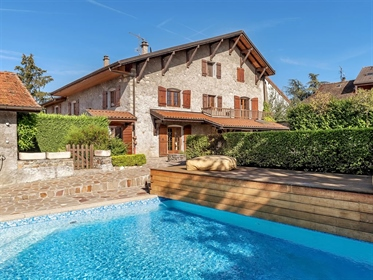 Veigy, in the heart of the village, close to the Swiss border, Geneva is 20 minutes. Farm completely