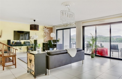 This stunning duplex apartment is located in Marseille, just 20m from the center.  With 32
