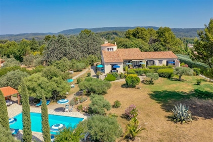 Flayosc - Near the village Large house with 4 bedrooms (apartments) and outbuildings, swimming pool